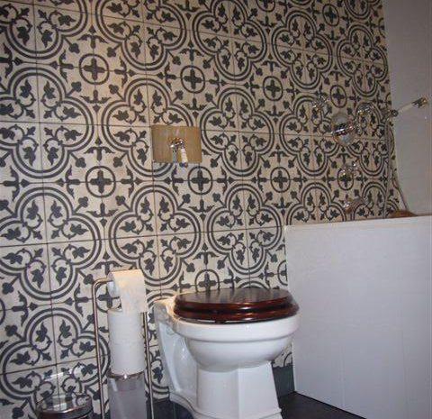 badkamer achterwand met cementtegels