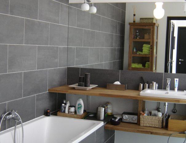 Moderne badkamer met patroontegels van Designtegels